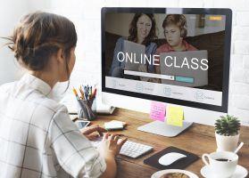 Vrouw aan computer volgt online les