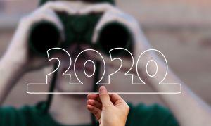 verrekijker die naar 2020 kijkt