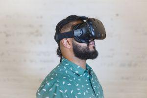 Man met vr-headset op het hoofd