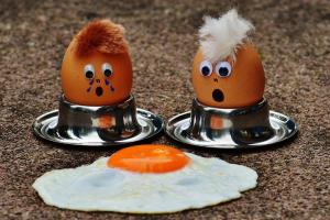 twee eitjes kijken naar een gebakken ei