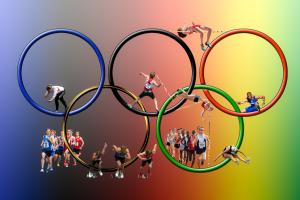 Olympische vlag met sporters in de verschillende ringen