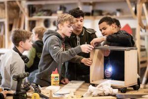 Jongeren aan de slag tijdens workshop houtbewerking