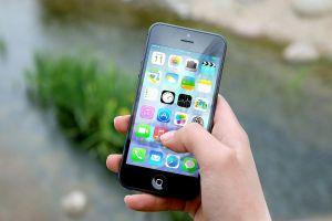 hand met een smartphone vast
