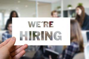 plaatje met 'we're hiring' en mensen op de achtergrond